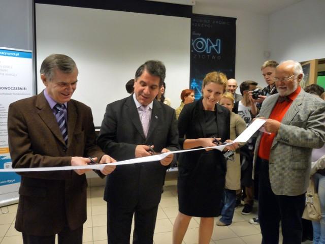 Symboliczne przecięcie wstęgi (od lewej) prof. Henryk Gmiterek, prof. Andrzej Dąbrowski, Anna Grzegorczyk, prof. Tadeusz Pałka.