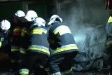 Mężczyzna ma poparzoną twarz, a samochód spłonął [ZDJĘCIA+FILM]