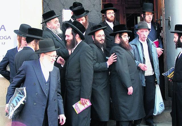 Żydzi po modlitwie przed Wielką Synagogą