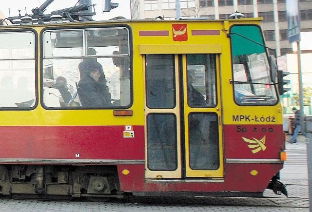 Na Limanowskiego przy Urzędniczej stanęły tramwaje linii 2 i 5.