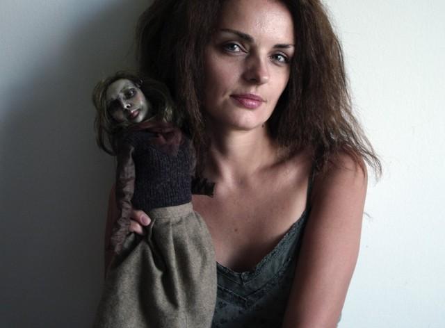 Bea Ihnatowicz z jedną ze swoich marionetek