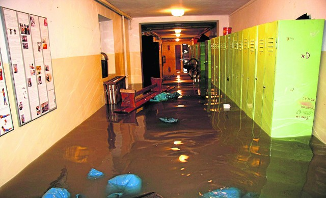 Tak wyglądały pomieszczenia w XXVIII LO po zalaniu wodą