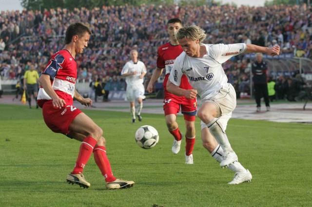 Piłkarze z Zabrza i Wodzisławia są zagrożeni spadkiem z ekstraklasy. W trudniejszej sytuacji są podopieczni trenera Henryka Kasperczaka (w białych strojach)
