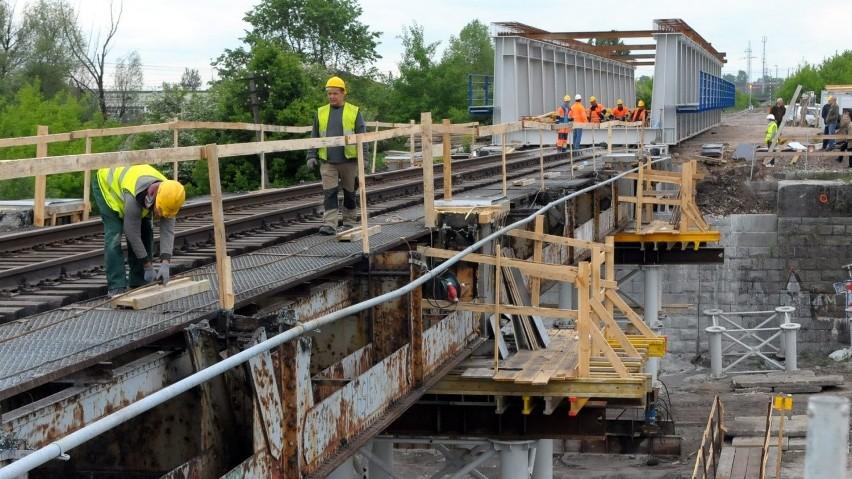 Montują nowy most kolejowy przy ul. Turystycznej