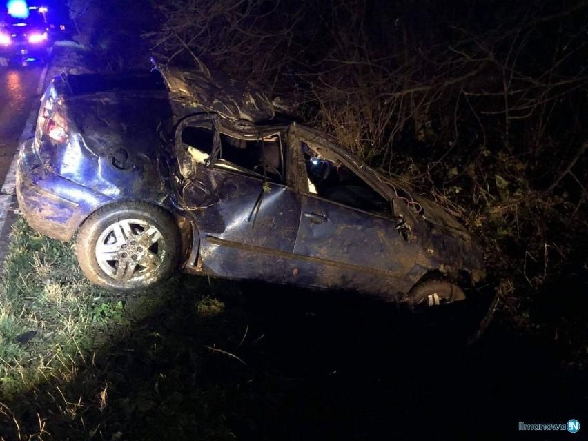Mszana Dolna. Nocne dachowanie samochodu osobowego na DW 968 prowadzącej w stronę Szczawy i Zabrzeży [ZDJĘCIA]