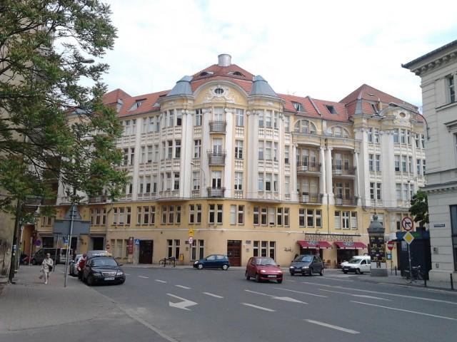 Kamienicę u zbiegu Placu Wolności i ul. 3 Maj zaprojektował Roger Sławski, poznański architekt, którego imię nosi Technikum Budowlane i Zasadnicza Szkoła Zawodowa przy ul. Grunwaldzkiej 152. Projekt został zrealizowany w latach 1910 – 1911 w stylu neobarokowym. Dziś jest to budynek Towarzystwa Budowlanego Union