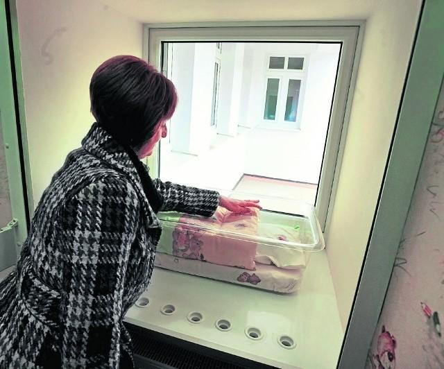 Dzieckiem zostawionym w oknie życia szybko zaopiekują się lekarze i pielęgniarki