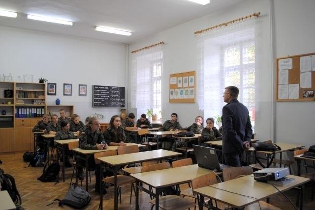 Funkcjonariusze z Zakładu Karnego w Garbalinie poprowadzili lekcje dla uczniów klasy mundurowej w Łęczycy.