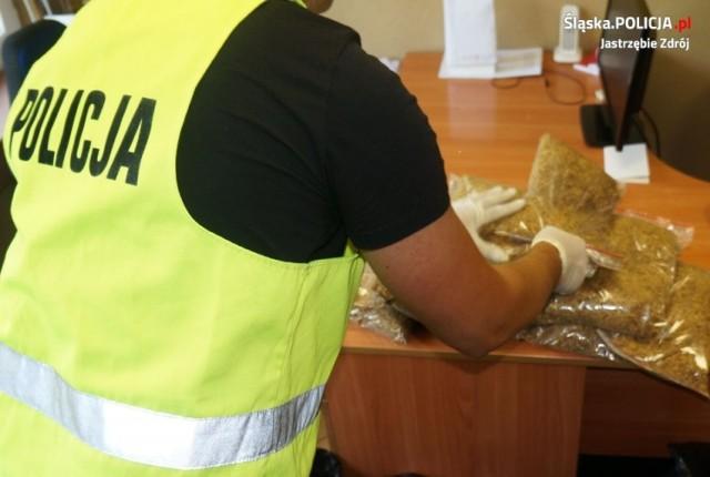 Wspólna akcja policji z Jastrzębia i Katowic pozwoliła zabezpieczyć nielegalne papierosy i tytoń.