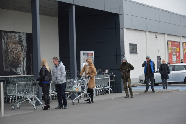Do większych marketów nie wejdziemy bez zakupowego wózka. Klienci muszą mieć rękawiczki. Mimo uciążliwych ograniczeń karnie stoimy w kolejkach przed wejściami do sklepów, chociaż niektórym zaczynają puszczać nerwy.
