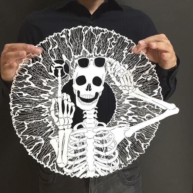"Niesamowite rzeźby z papieru. Zobacz prace japońskiego artysty [GALERIA]      . completed!! the title: 「Skeleton with poor eyesight」☠ The skeletons says, ""Are you glasses person or contact lense person? I'm ..."" Here is a question! What do you think she says more? I'll announce my answer tomorrow! :) . #papercut#paperart#paperwork#skeletons#skull#eyes#iris#mr_riuworks#切り絵 Zdjęcie zamieszczone przez użytkownika *RIU* (@mr_riu) 7 Maj, 2016 o 6:37 PDT"