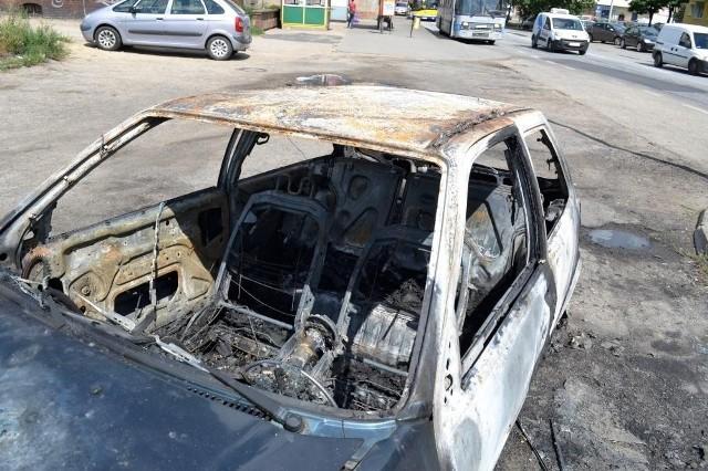 Spalone auta były warte w sumie kilkadziesiąt tysięcy...