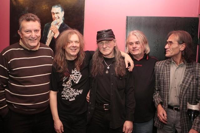 W środku część historycznego  składu grupy Turbo: gitarzysta Wojciech Hoffmann, basista Henryk Tomczak i perkusista Wojciech Anioła. Z lewej i prawej długoletni menedżerowie  Marek Wajchti Janusz Maślak