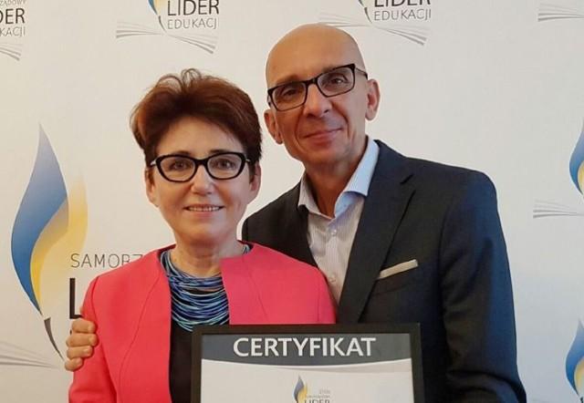 Dyrektor Janina Mucek i burmistrz Gminy Goleniów Robert Krupowicz