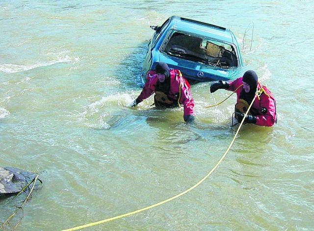 W Naszacowicach strażacy wydobywali z rzeki zatopione auto
