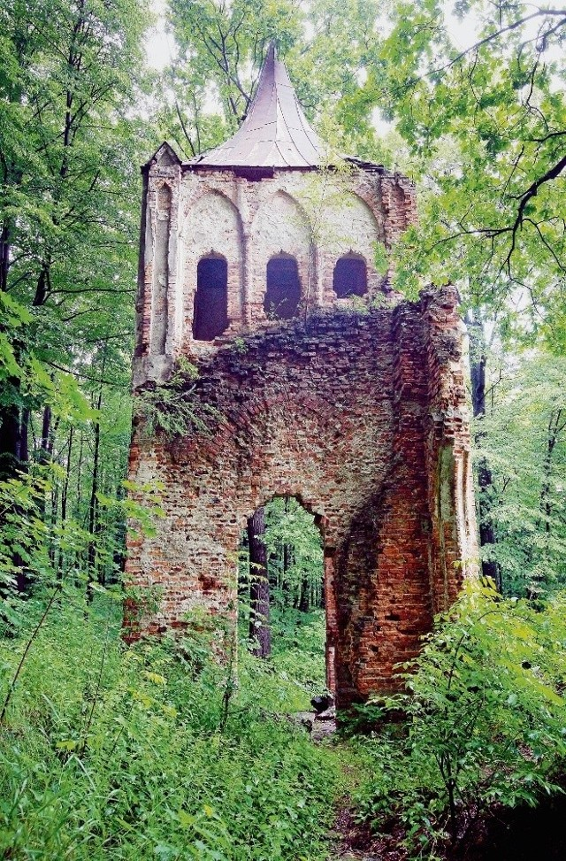 Sztuczna ruina gotyckiego opactwa wymaga remontu