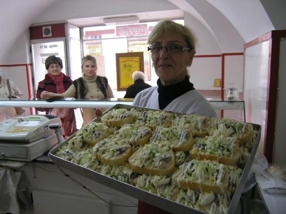 Maria Skowronek prezentuje słynne cieszyńskie kanapki ze śledziem