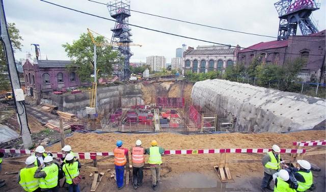 Wielki wykop na placu budowy ma aż 16 metrów głębości