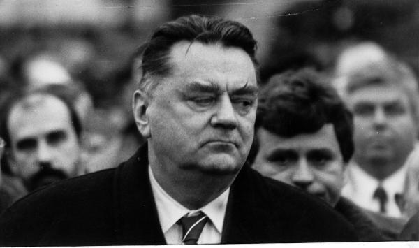 Wbrew powszechnej opinii rząd Jana Olszewskiego nie upadł w nocy z 4 na 5 czerwca 1992 r. Tak naprawdę jego los został przypieczętowany już 29 maja, gdy Unia Demokratyczna złożyła wniosek o wotum nieufności dla ówczesnego gabinetu. Nie bez powodu dzień wcześniej Janusz Korwin-Mikke wnioskował o przeprowadzenie ustawy lustracyjnej. Skonsternowany Sejm ją przyjął. Kilkanaście dramatycznych nocnych godzin było zatem tylko finałem procesu, który na wiele lat utrwalił podział polskiej sceny politycznej.ZOBACZ NASTĘPNE ZDJĘCIE --->
