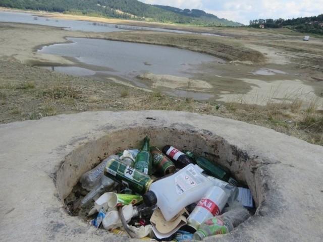 Śmieci nad Jeziorem Mucharskim
