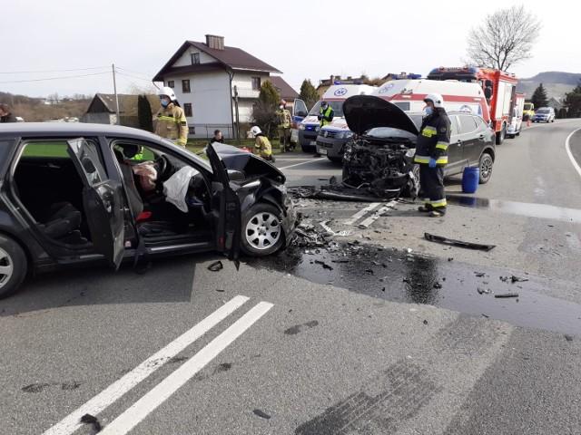 Na drodze krajowej nr 75 w Łososinie Dolnej doszło do zderzenia dwóch samochodów osobowych
