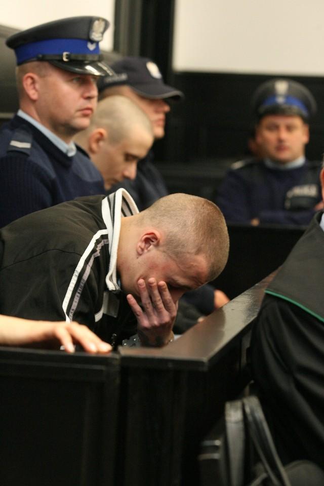 Główny oskarżony Paweł G. Ma 21 lat.( na pierwszym planie).To on zadawał ciosy nożem. Przyznał się do nich, ale zaznaczył, że nie chciał nikogo zabić. Oskarżony Wojciech P. ( w głębi zdjęcia) ma 23 lata. Podejrzany o  współudział w zabójstwie i napadach. Przyznał się do części zarzutów.