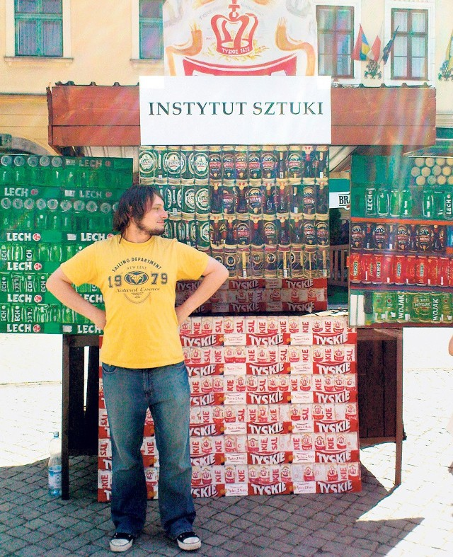 Artysta przy swojej malarskiej instalacji na rynku w Cieszynie