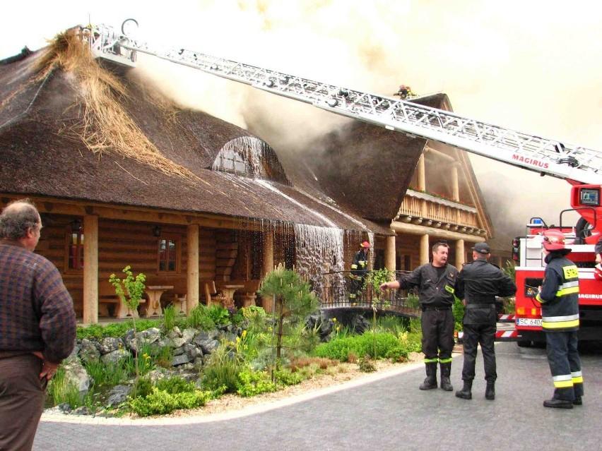 Solidne ściany zajazdu z bali nie zostały naruszone przez ogień, ale dach i część stropu uległy zniszczeniu