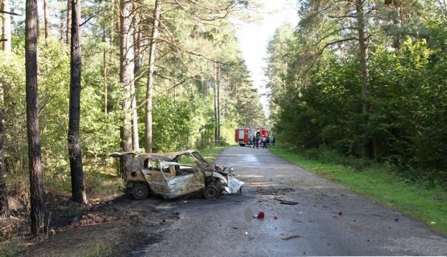33-latek uderzył w drzewo na drodze Radziwiłłówka - Mielnik. Renault clio zaczęło płonąć. Kierowcy nie udało się uratować