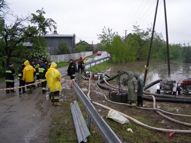 Strażacy już trzeci dzień ratują mieszkańców Ilkowic