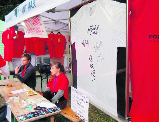 Koszulkę z autografami udało się sprzedać za 530 złotych
