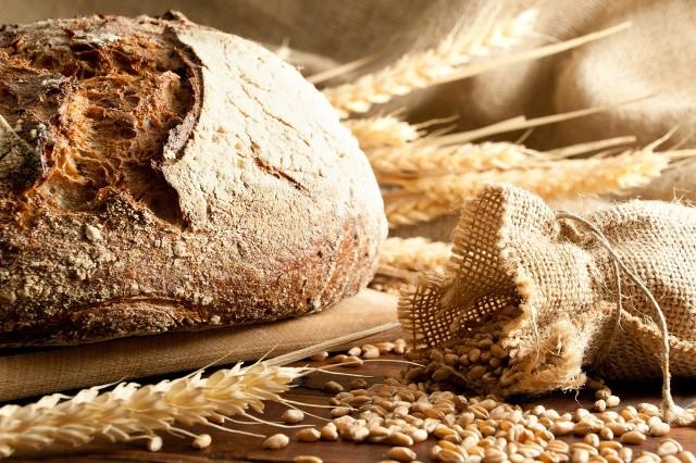 Warto wybierać pieczywo pełnoziarniste, ze względu na zawartość błonnika oraz witamin i minerałów.