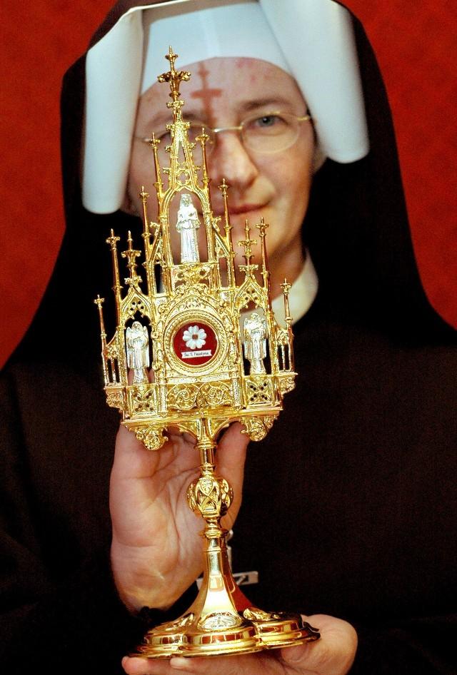 Siostra Ignacja z relikwiarzem z cząstką kości św. Faustyny