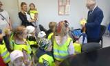 Przedszkolaki podarowały burmistrzowi Skoków wielkanocne kurczaczki. ZDJĘCIA