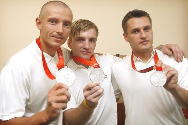 Popekińskie szczęście. Z wioślarzem Pawłem Rańdą (z lewej) i Robertem Andrzejukiem. Każdy ze srebrem.