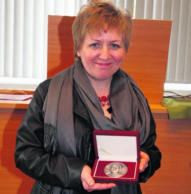 Red. Agata Pustułka z medalem im. Marii Skłodowskiej-Curie