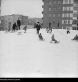 """Tak kiedyś bawiono się na śniegu! Sanki, górki, bitwy na śnieżki. Niezwykłe zdjęcia sprzed lat. """"Wyciągajmy dzieci na ślizgawki"""""""