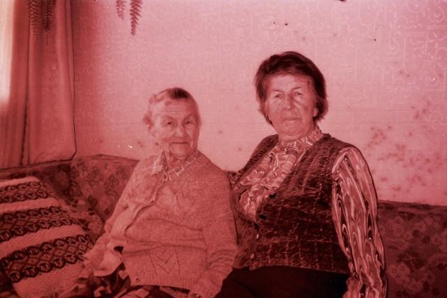 Genowefa Ogórenko (z lewej), która wraz ze swoją córką Oktawią Reszczyńską przeżyły rzeź w Janowej Dolinie w latach 90. XX wieku