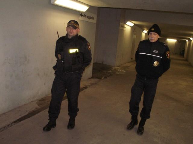 Tunel pod  torami kolejowymi to jedno z tych miejsc, które w czasie patrolu trzeba koniecznie odwiedzić -mówią strażnicy