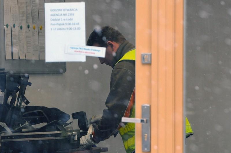 30-letni mężczyzna napadł na bank przy Legionów w Łodzi. Próbował uciekać, ale urwał klamkę.