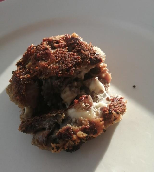 Kotlety z pieczarek smaczne są zarówno na ciepło, jak i na zimno. Mogą być podawane na obiad, kolację, czy jako przekąska.