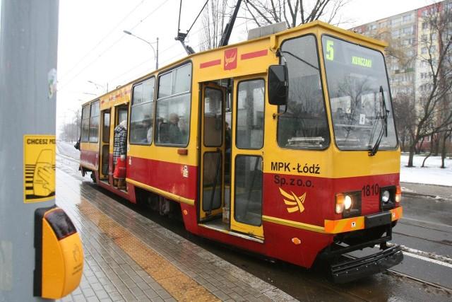 Motorniczy tramwaju linii 5 nie wpuścił starszego człowieka do tramwaju. łodzianin, świadek zdarzenia, złożył skargę.