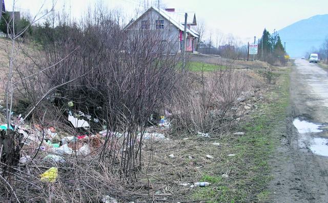 Żenujący obrazek z Kasiny Wielkiej: wysypisko przy drodze