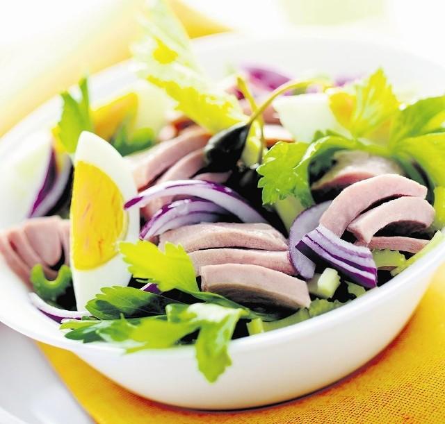 Sałatka klasyczna z tuńczykiem, jajkiem i czerwoną cebulą