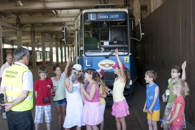 """Jedno z marzeń każdego dziecka: usiąść za """"sterami"""" tramwaju"""