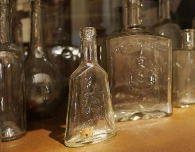 Butelki ze słynnej Fabryki Wódek i Likierów rodziny Haberfeldów.
