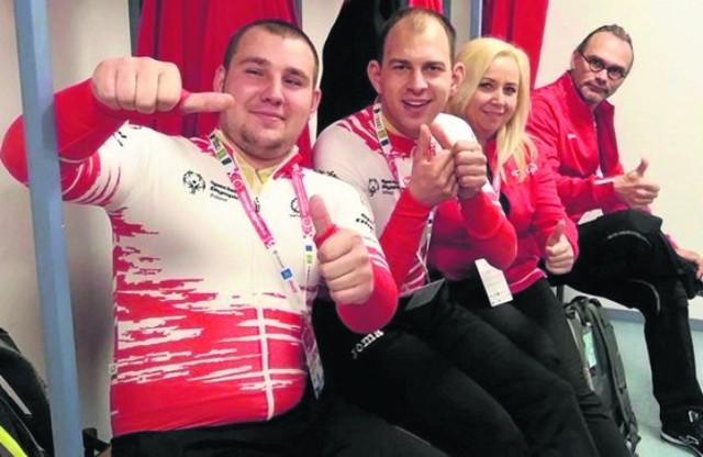 Szczepan Witek (pierwszy z lewej) z entuzjazmem fetował swój brązowy medal - na marcowych _ światowych igrzyskach w Austrii.