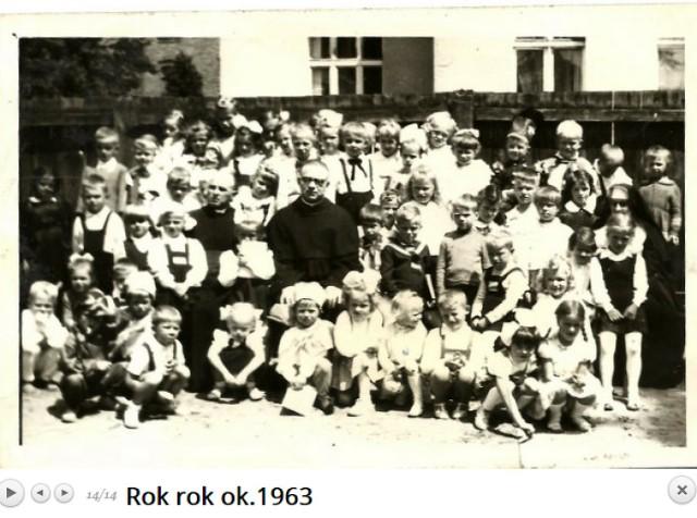 Ochronka - przedszkole przy Dzierżyńskiego  Autor: nieznany   Okres: 1961-1970   Miejsce zdarzenia: Lębork   Ofiarodawca: Ewa Kłosowska(EK) Krystyna Rybicka (KR) Jolanta Czapiewska