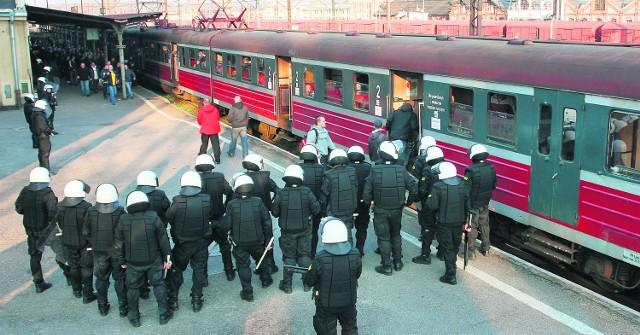 Policyjni antyterroryści otoczyli również zwartym kordonem dworzec kolejowy, na którym pojawił się pociąg pełen kibiców Górnika Zabrze