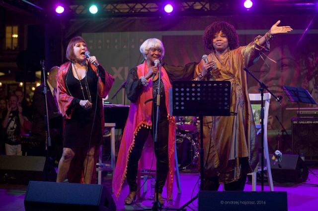Muzyczny hołd pierwszej damie piosenki Elli Fitzgerald złożyły trzy wokalistki chicagowskiej sceny jazzowej (od lewej): Spider Saloff, Frieda Lee i Dee Alexander. fot. Andrzej Hajdasz